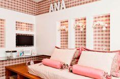 Projetado para um apartamento decorado de vendas pelos arquitetos Débora Dalanezi e Marcello Sesso, este quarto ganhou uma escrivaninha que serve de penteadeira e também um tecido xadrez na parede, que dita a paleta de cores do restante do ambiente.