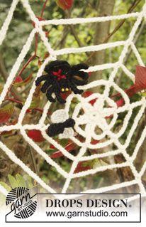 """Virkattu DROPS Hämähäkinverkko hämähäkillä ja kärpäsellä Halloweeniksi """"Eskimo""""-langasta. ~ DROPS Design"""