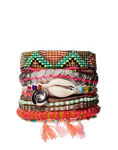 Le bracelet Hipanema, c'est récent et pourtant déjà un grand classique de l'été. Toutes ces couleurs...