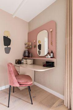 Shop the Look: de stoere roze slaapkamer! – Eigen Huis en Tuin DIY make your own dressing table in the bedroom DIY makeup mirror Bedroom Diy, Room Inspiration, Decor, Baby Room Decor, Home, Interior, Bedroom Design, Trendy Bedroom, Room