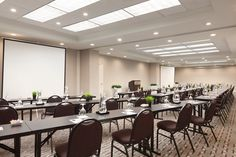 Classroom w/ double screens - Radisson Phoenix Airport - Your Next Meeting Place!