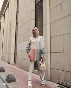 Limage contient peut-être: 1 personne debout chaussures et plein air Tesettür Tesettür Kombinleri Modern Hijab Fashion, Hijab Fashion Inspiration, Muslim Fashion, Modest Fashion, Uk Fashion, Fashion Outfits, Fashion Tips, Camouflage Makeup, Bodybuilder