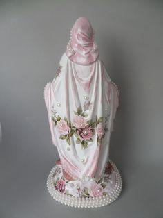 Lembrança para padrinhos de casamento, batizado, etc Imagem em gesso, pintada em branco e decorada com decalques a base de água. Repare que toda a borda do manto foi aplicado perolas e na base também.