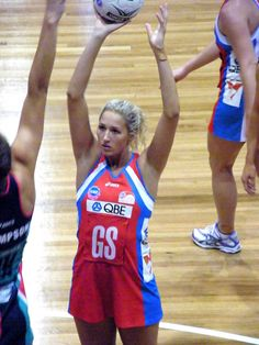 Netball requires players to be in tip-top shape both physically and mentally. These simple netball fitness and shooting drills will give you the physical and mental acuity to face any challenge. Basketball Workouts, Basketball Players, Netball Games, Fitness Tips For Men, Holiday Workout, Senior Fitness, Sport Motivation, Fitness Motivation, Workout For Beginners