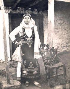 فلسطينية من الرملة  الرملة، فلسطين 1934 Palestinian woman from Ramla Ramla, Palestine 1934 Mujer palestina de Ramla Ramla, Palestina 1934