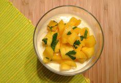 Recept voor een zelfgemaakte bavarois met mango en perzik. Naar een recept van Sabina Posthumus uit het kookboek 'Koken van de Bazaar'.