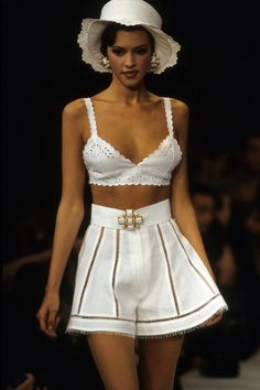 Chanel Spring 1993 Ready-to-Wear Fashion Show Collection: See the complete Chanel Spring 1993 Ready-to-Wear collection. Look 115 Chanel Fashion, 90s Fashion, Couture Fashion, Runway Fashion, Fashion Show, Vintage Fashion, Fashion Design, Chanel Chanel, High Fashion Outfits