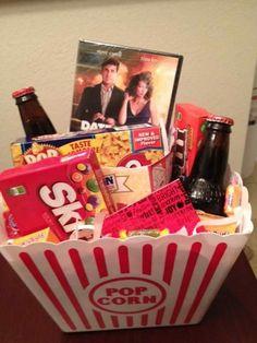 Filmabend für zwei Präsentkorb selber machen mit Bier, Popcorn und romantischer Film