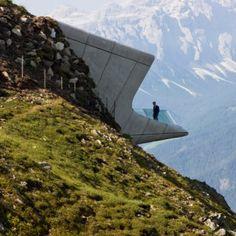 Zaha Hadid, fenomenalne widoki i... beton zbrojony włóknem szklanym. / Zaha Hadid, phenomenal views and ... concrete reinforced with glass fiber. | Zaha Hadid buries a museum in the peak of an Alpine mountain