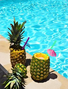 How to make DIY pineapple cups and a recipe for a pineapple strawberry daiquiri
