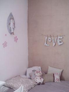 "Like the soft colors and the ""love"" sign!  Plus c'est francais!"