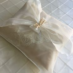 www.kristaltasarim.net Seccade-Kesesi,PR-2975.html Bridal Gifts, Wedding Gifts, Types Of Carpet, Cute Pillows, Cute Home Decor, Patterned Carpet, White Embroidery, Classic Furniture, Pink Eyes