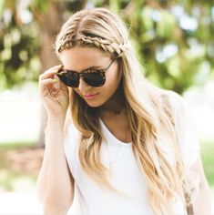 Barefoot Blonde # dutch Braids barefoot blonde Basic White and Black - Barefoot Blonde by Amber Fillerup Clark Middle Part Hairstyles, Pretty Hairstyles, Braided Hairstyles, Middle Part Updo, Front Braids, Side Braids, Dutch Braids, Modelos Fashion, Barefoot Blonde