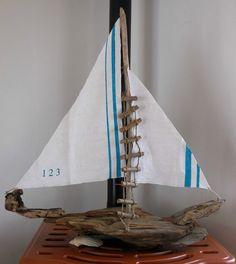 bateau en bois flott sur socle pi ce unique accessoires de maison par driftwood. Black Bedroom Furniture Sets. Home Design Ideas