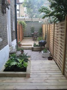Narrow Garden design James Gartside Gardens. Nette kleine achtertuin/plaats. (ww: I have one of those problem side yard strips and want something neat with containers and no mowing or weeding. enough of those chores in the back and front!)