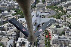 """Uma foto tirada de um avião de reabastecimento mostra um jato francês """"Rafale"""" voando sobre Paris em treinamento para o Dia da Bastilha comemorado no dia 14 de julho."""