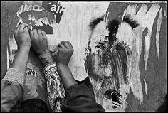 James Nachtwey, Tearing a poster of Milosevic, Kosovo, 1999