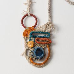 Free Form Crocheted Necklace in Beige Cream Turquoise par natartg