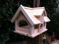 **Vogelvilla Typ Landhaus,ein Vogelhaus in der Größe XXL.**  _**Jetzt nur 33,90 €**_  Sehr viel Platz für Futter. Dieses riesige Vogelhaus wird aus 18 mm Kiefernholz in liebevoller Handarbeit...
