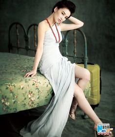 #黄圣依 素色长裙 姣好身材一览无余_新华时尚_新华网