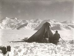 Edward Wilson sketching on Beardmore Glacier, Antarctica 1911 (Robert Falcon Scott/ Scott Polar Research Institute) Robert Falcon Scott, Robert Scott, Robert Peary, Captain Scott, Roald Amundsen, Heroic Age, Terra Nova, S Pic, Arctic
