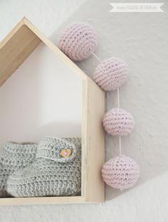 Inspiration for a scandinavian nursery Inspirationen für ein skandinavisches Kinderzimmer in mint blush IKEA Hack scandinavian deko interior nordic scandi style simplicity Häkelkugeln | www.youdid-design.de