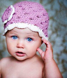 Azok a kék szemek...! De azért a sapi sem rossz. Az átmeneti szezonra biztosan horgolok egy ilyet a kislányomnak. Lányos, szellős, de mégis melegít picit, ha szükséges.