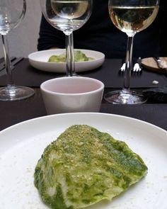 Mitäköhän salaatin lehden alta löytyy? #alkuruokaa #ravintola #ruokablogi #ruoka#kotiruoka #herkkusuu #lautasella #Herkkusuunlautasella#ruokasuomi @restaurantolo