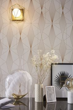 Le motif géométrique or pour un intérieur stylé Textured Wallpaper, Art Deco Wallpaper, Wall Deco, Home Wallpaper, Art Deco Living Room, Wall Painting, Home Decor, Wall Design, Deco Salon