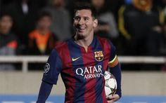 Leo Messi, al final del partido contra el APOEL con el balón de su 'hat trick'