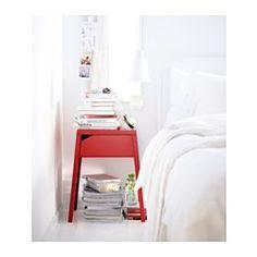 IKEA - SELJE, Stolik nocny, czerwony, , W szufladzie jest miejsce na rozgałęziacz do Twoich ładowarek.Wtyczkę do gniazdka można przeprowadzić pomiędzy tyłem szuflady a tylną ścianą.