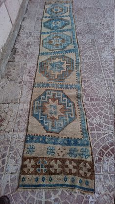 Style : area Province : oushak Made In : Turkey Foundation : cotton Pile : 100% Wool Colors : very nice color Size (inches) :126x21 Size (Centimet =320x52 Age : Pre-1920  Condition : Good Low pile please look picture( Hand Knotted  Our carpet are clean and ready for use     Please contact with us for your all questions, , more pictures of carpets, kelims.  We accept Paypal and Bank Transfer and Cretid card payment methods.