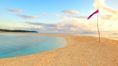 SHIFTING SANDS AND COLORS. One of the best times to see this changing sandbar is sunrise. Photo by Rhea Claire Madarang