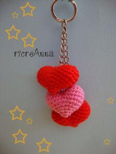 Sul primo bigliettino di San Valentino che mi regalò Tonino c'era scritto.- Il 14 febbraio un giorno in cui l'amore è più rosso del solito- Non che ne siano seguiti di altri e di memora… Crochet Keychain, Crochet Earrings, K Ring, Smartphone Covers, Amigurumi Tutorial, Beautiful Crochet, Knit Crochet, Shabby, Knitting