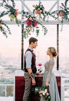 Выездная регистрация Игоря и Маши. Нестандартная свадебная арка. Свадебная пара в стиле кэжуал. Цветное свадебное платье, пышный и растрепанный букет.