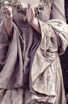 Embroidery details of the grey dress with roses ~ Sansa Stark on Game Of Thrones Color Mauve, Color Lila, Larp, Grey Gown, Margaery Tyrell, My Sun And Stars, Sansa Stark, Narnia, Look Cool