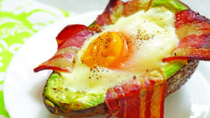 Paleo Recipes - Avocado and egg with bacon (ultimate low carb Paleo breakfast). Keto Vs Low Carb, Low Carb Diet Plan, Paleo Recipes, Healthy Dinner Recipes, Appetizer Recipes, Ketogenic Breakfast, Paleo Breakfast, Breakfast Ideas, Ketosis Diet