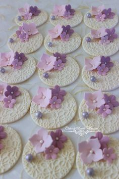 Set of flowers cupcake toppers by CakesbyAngela on Etsy Más Deco Cupcake, Fondant Cupcake Toppers, Cupcake Cookies, Vintage Cupcake, Diy Wedding Cupcakes, Wedding Cookies, Tolle Cupcakes, Cupcakes Bonitos, Cupcakes Flores