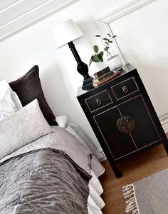 Sängskåp A-10, svart med lådor – Baazar