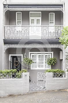 Terrace house paddington sydney Beautiful modernised scheme of highlighted details and balanced contrasts Double frontage helps Trim around front door could alternatively. Terrace House Exterior, Victorian Terrace House, Facade House, Victorian Homes, Exterior Remodel, Interior Exterior, Exterior Paint, Exterior Design, Exterior Color Schemes
