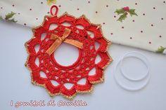 come fare una ghirlanda natalizia a uncinetto Christmas Wreaths, Christmas Crafts, Christmas Decorations, Christmas Ornaments, Pergola Garden, Crochet Motif, Barbie Clothes, Camilla, Diy And Crafts