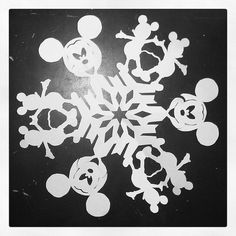 Mickey snowflake www.mickeytravels.com Mickey Mouse Crafts, Mickey Mouse Christmas, Christmas Paper, Christmas Projects, Holiday Crafts, Christmas Holidays, Christmas Decorations, Disney Holidays, Snowflake Template