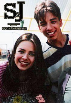 """#824 : Bastidores do seriado """"Sandy & Junior"""" - 1999 ----------------------------------------------------------------- Essa  foto é dos bastidores do seriado Sandy & Junior  Que sortuda essa menininha ( ou menino porque não dá pra ver )  se tem cabelo comprido só pra ver a orelha ali do lado do Ju .. Sandy e Junior estão posando e sorrindo pra pessoa que Tirou .. meu deus que invejinha boa .Lindos e sorridentes . e parece que foto foi ..."""