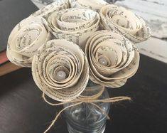 Book Page Flowers & Paper Wreaths par JLHUpcycling sur Etsy