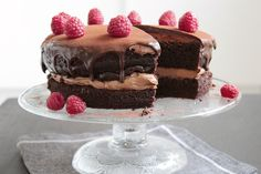 Tämä suklaakakku on yksi blogini suosituimmista resepteistä – eikä suotta. Tämä mehevä kakku on todella suklainen ja ihanan yksinkertainen valmistaa.