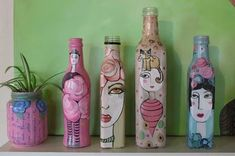 Apareció un dia mi abuela, con unas botellas de alcohol muy lindas!. Cuando alguien las vació… jaja me llevé una y la escondí para decorarla un poco y… ASÍ QUEDÓ. se pueden hacer macetas, floreros,…