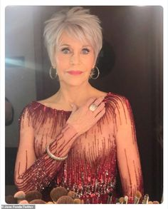 "Jane Fonda: ""At Oscars wearing Pomellato jewelry because it only uses responsible, ethically harvested gold and sustainable diamonds. Short Grey Hair, Short Hair With Layers, Short Hair Cuts, Short Hair Styles, Jane Fonda Hairstyles, Bob Hairstyles, Dyed Red Hair, Hair Dye, Flawless Face"