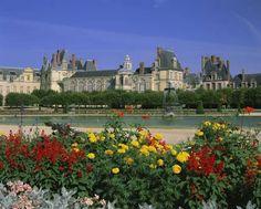 Castelo de Fontainebleau e a Cidade de Barbizon - França    Conhecer o Castelo de Fontainebleau é fazer uma verdadeira viagem pela vida de diversos reis e rainhas. O monumento é resultado de diversas intervenções arquitetônicas e artísticas de monarcas que lá residiram entre os séculos XII e XVIII.    Na visita ao Castelo, que hoje abriga museus com as mais importantes coleções de mobiliários antigos da França, é p