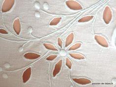 Articles vendus > Linge ancien de lit > LINGE ANCIEN / Somptieux cache-sommier richement ouvragé avec bouquets de fleurs brodés main sur toile de lin fin - Linge ancien - Passion-de-Blanc - Textiles anciens