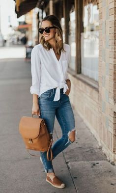 The perfect summer backpack white outfit casual, casual sunday outfit, casual college outfits, Casual Sunday Outfit, White Outfit Casual, Casual College Outfits, Sunday Outfits, Spring Work Outfits, Mode Outfits, Women's Casual, Brown Flats Outfit, School Outfits
